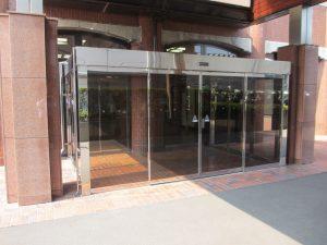 上越事務所が入っているビルの入口エレベータで6階までお越しください